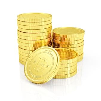 Pila di bitcoin dorati su bianco