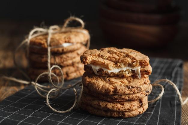 Pila di biscotti fatti in casa sul tovagliolo spogliato nero