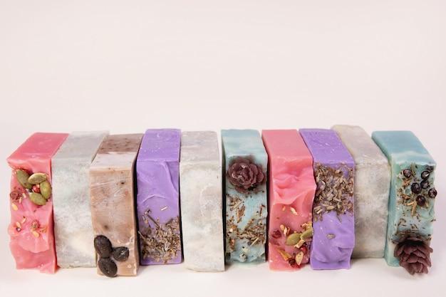 Pila di sapone fatto in casa fatto a mano. aromi di sidro di ciliegia, pino, sandalo, caffè e lavanda. piccole imprese, prodotti biologici, ingredienti naturali.