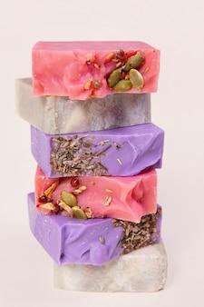 Pila di sapone fatto in casa fatto a mano. aromi di sidro di ciliegia, legno di sandalo, caffè e lavanda. piccole imprese, prodotti biologici, ingredienti naturali.