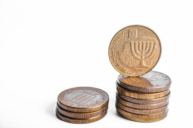 Pila di monete di israele da vicino su un bianco