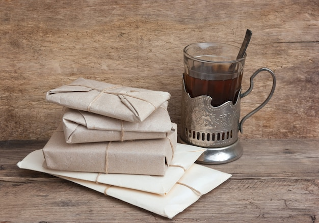 Pila di lettere e un bicchiere di tè