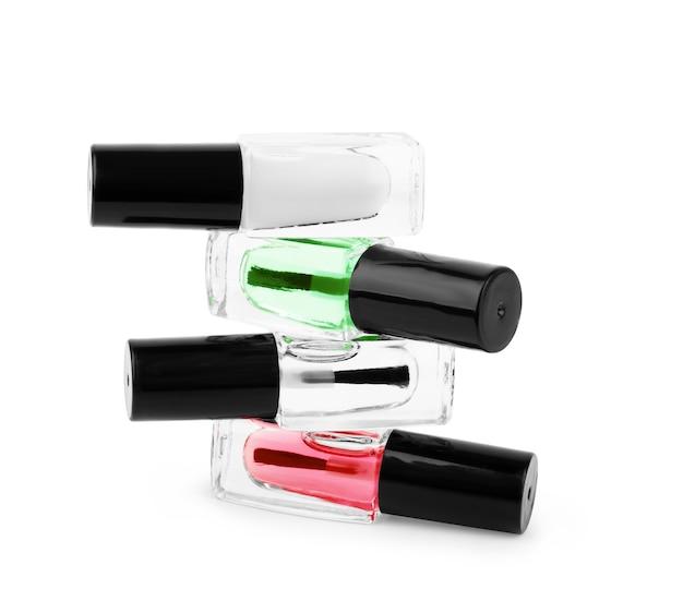 Pila di smalti per unghie su sfondo bianco