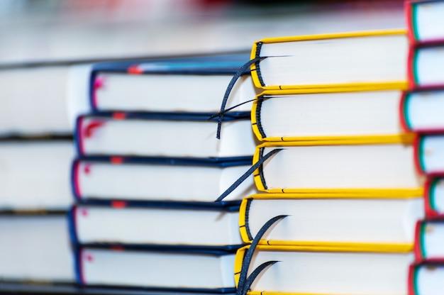 Pila di nuovi libri sul tavolo. libri sul forum dei produttori di prodotti stampati.