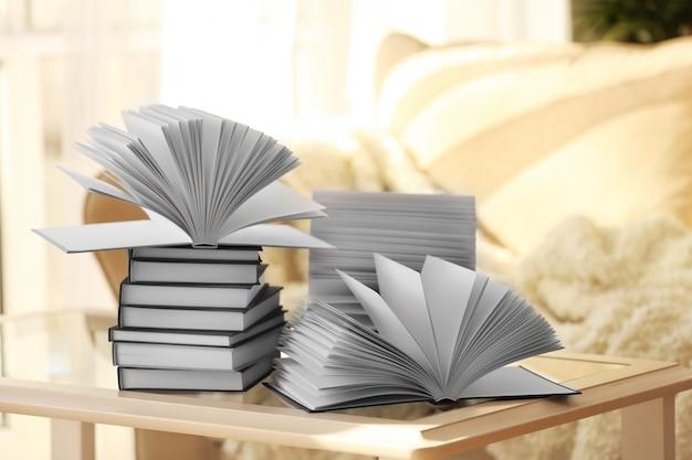 Pila di nuovi libri sul tavolo in soggiorno