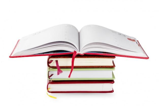 Pila di quaderni con piano aperto
