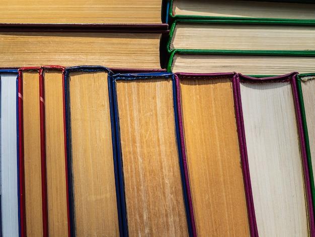 Una pila di vecchi libri nel mercato del libro. libri impilati su uno scaffale
