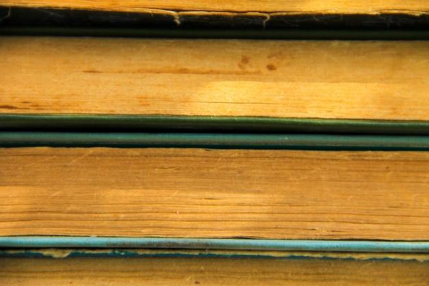 Pila di vecchi libri. sfondo di libri