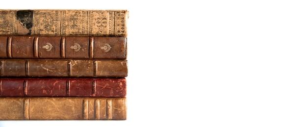 Pila di vecchi libri isolati su sfondo bianco banner