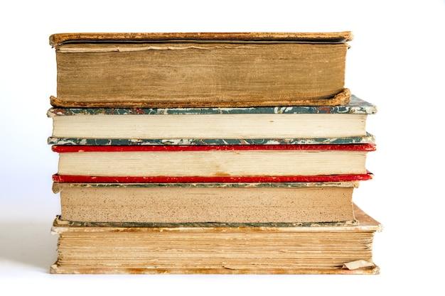 Pila di vecchi libri isolati su sfondo bianco