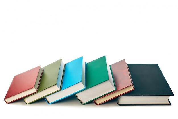 Pila di vecchi libri isolati su fondo bianco