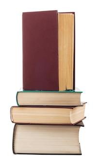 Pila di vecchi libri isolati su bianco. tracciato di ritaglio