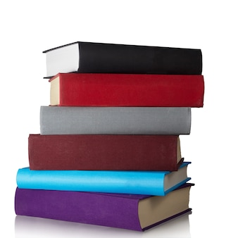 Pila di vecchi libri isolati su bianco