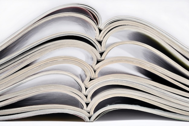 Pila di vecchie riviste primo piano