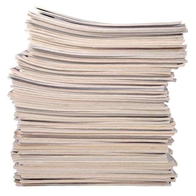 Pila di vecchie riviste su sfondo bianco