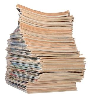 Pila di vecchie riviste su un bianco