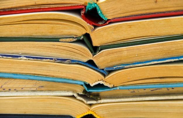 Pila di vecchi libri aperti. sfondo di libri