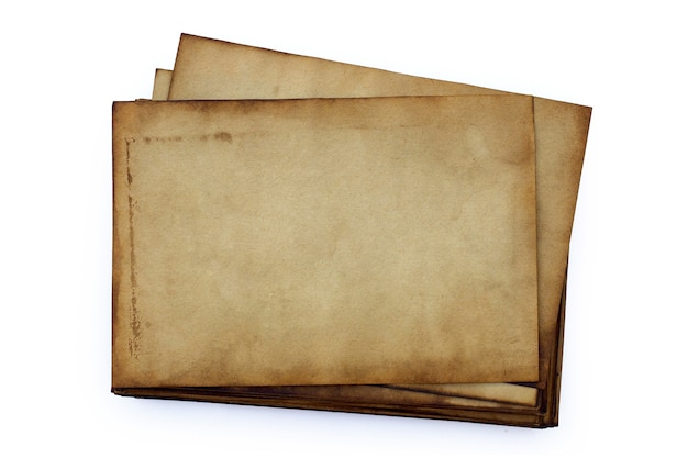 Pila di vecchi documenti isolati.