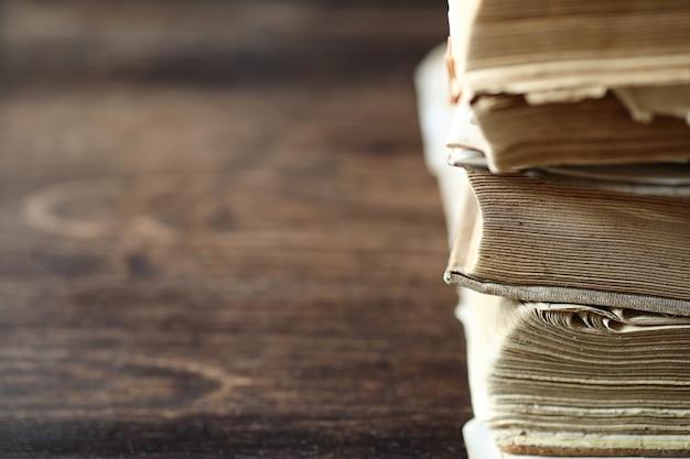 Pila di vecchio libro retrò sul tavolo in legno marrone
