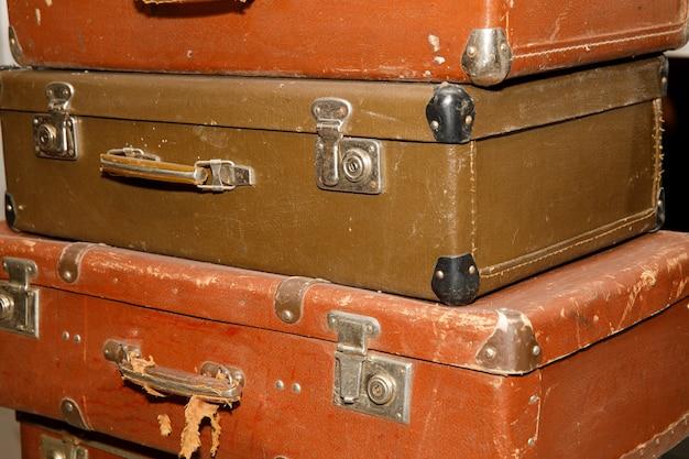 Pila di vecchie valigie retrò da vicino