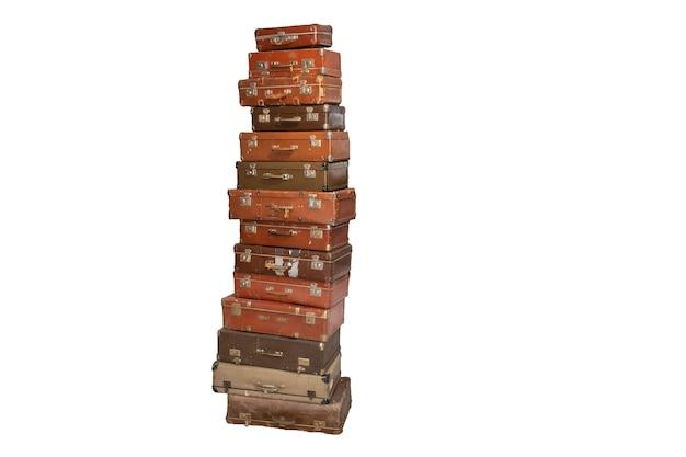 Pila di vecchie valigie retrò isolate su sfondo bianco