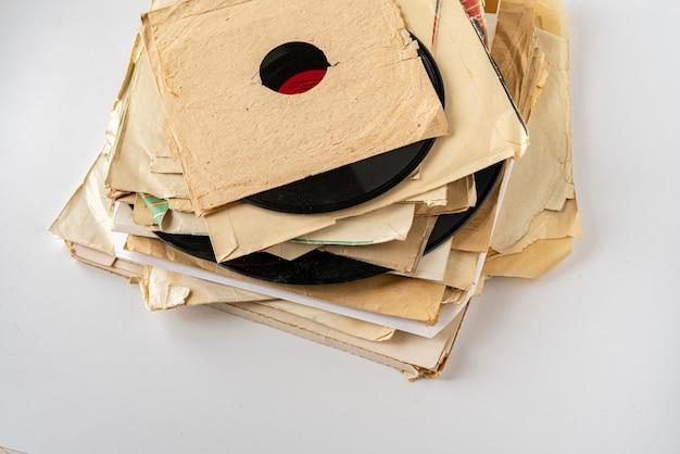 Una pila di vecchi dischi in vinile, raccolta di musica retrò astratta degli anni '80, suoni disco jazz blues