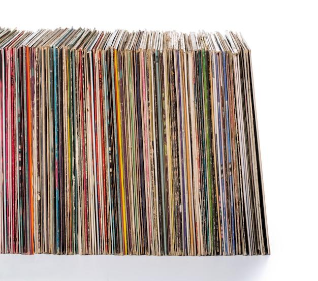 Pila di vecchi dischi in vinile.