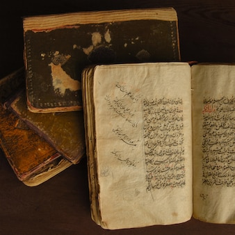Pila di libri antichi aperti in arabo. antichi manoscritti e testi arabi. vista dall'alto