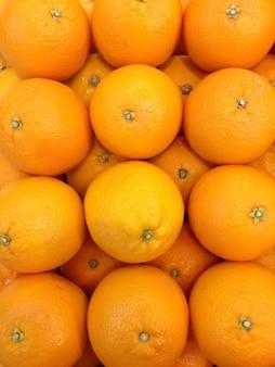 Pila di arancia nella scatola pronta per la vendita sul mercato.