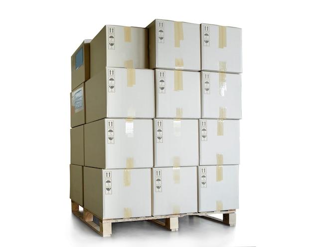 Pila di scatole di imballaggio su pallet isolati su sfondo bianco scatole di spedizione del carico Foto Premium