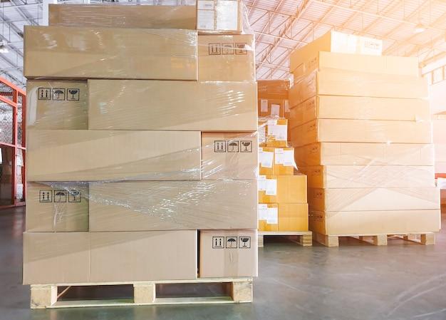 Pila di scatole per pacchi su pallet al magazzino di stoccaggio scatole per spedizioni logistica di magazzino