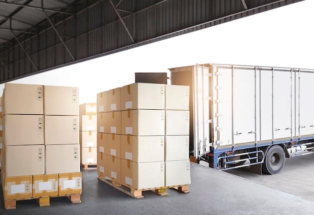 Pila di scatole di pacchi in attesa di carico in camion di carico scatole di spedizione logistica di magazzino
