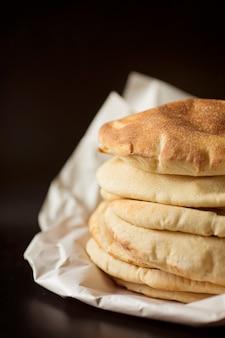 Pila di lavash di pane pita, lavash di pane piatto orientale tradizionale casalingo sano, cipro, pane turco, sullo sfondo nero.