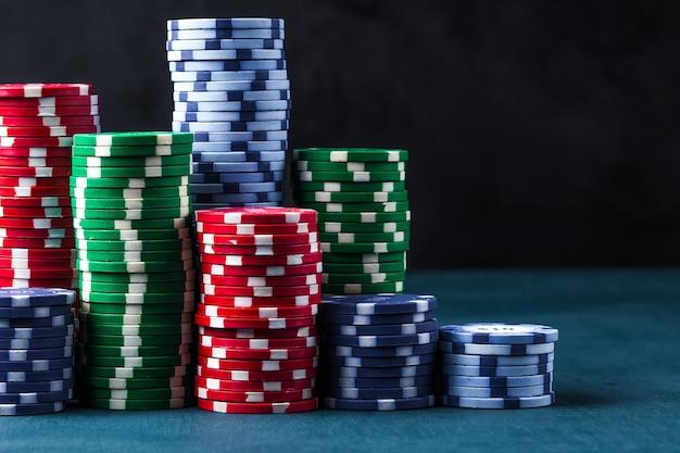 Pila di fiches da poker su un tavolo blu