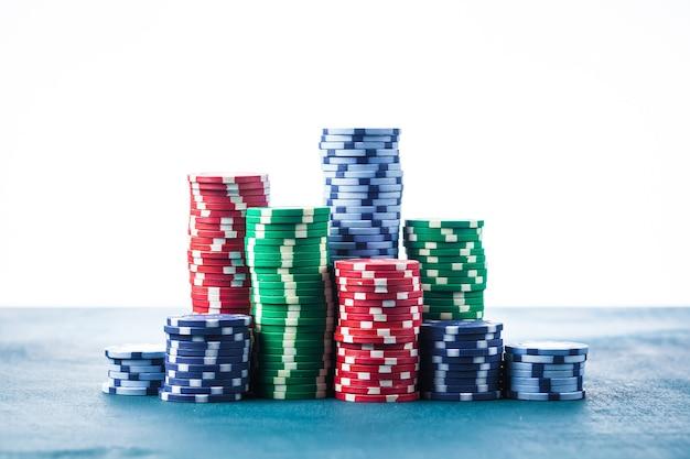 Pila di fiches da poker sul tavolo