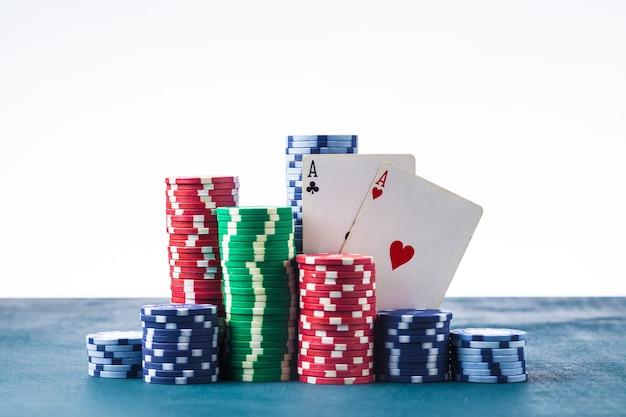 Pila di fiches da poker con due assi