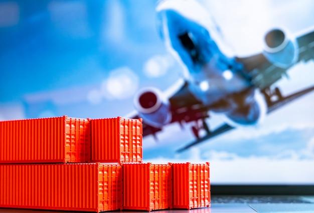 Pila di scatola di contenitori rossi, nave da carico per logistica di esportazione di importazione, set di contenitori di carico di spedizione, consegna di spedizioni aziendali e nave da carico di container di affari globali di logistica