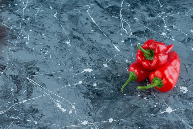 Una pila di peperoni rossi sulla superficie del marmo