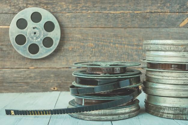 Pila di bobine di vecchi film su uno scaffale di legno