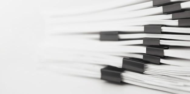 Pila di documenti cartacei report per scrivania da lavoro. concetto di affari, soft focus