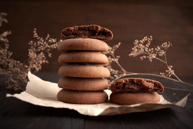 Pila di biscotti di pepita di cioccolato rotondi su carta kraft marrone