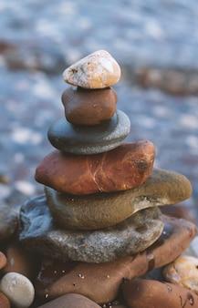 Pila di pietre di mare sullo sfondo del mare