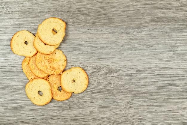 Pila di cracker quadrati in cestino. in cesto di legno