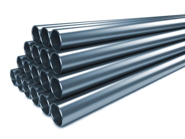 Pila di tubi in acciaio isolato su bianco.