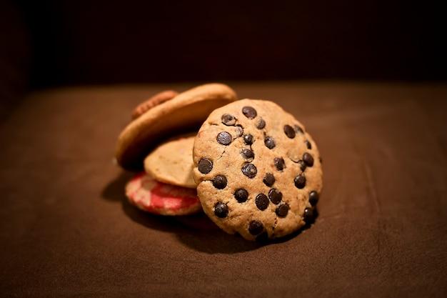 Pila di gustosi biscotti assortiti
