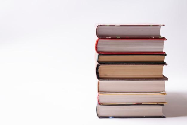 Una pila di libri rilegati spessi su uno sfondo bianco