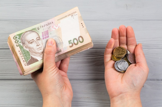 Pila di banconote ucraine di grivna in mani