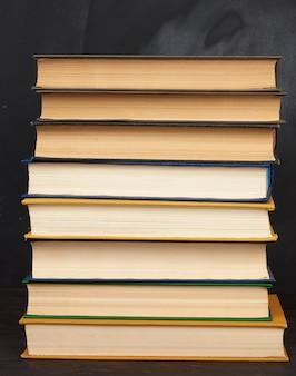 Pila di vari libri con copertina rigida