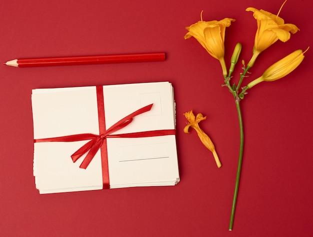 Pila di carte di carta vintage e fiori gialli