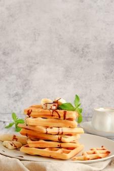 Pila di cialde con salsa di banana e cioccolato